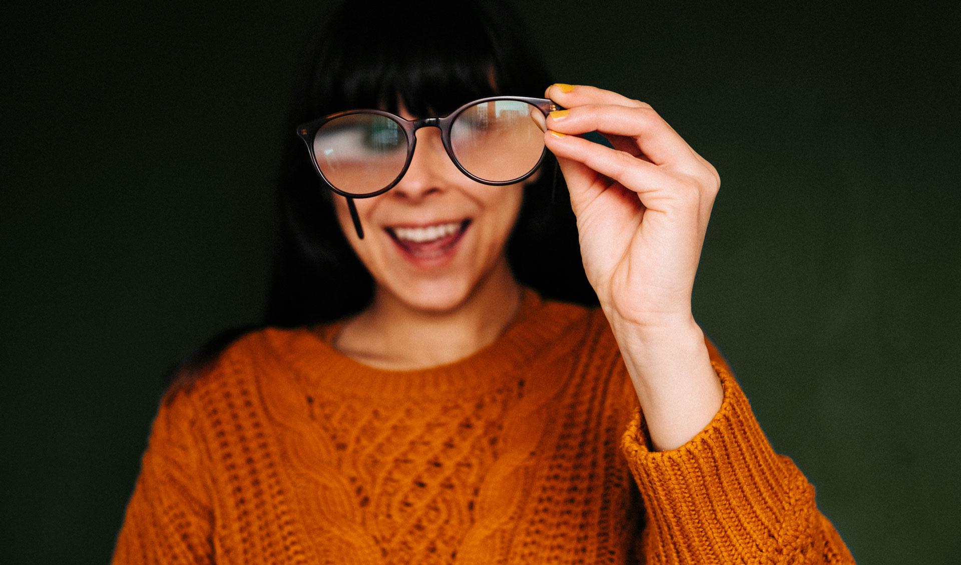 Frau mit Strickpulli und Brille